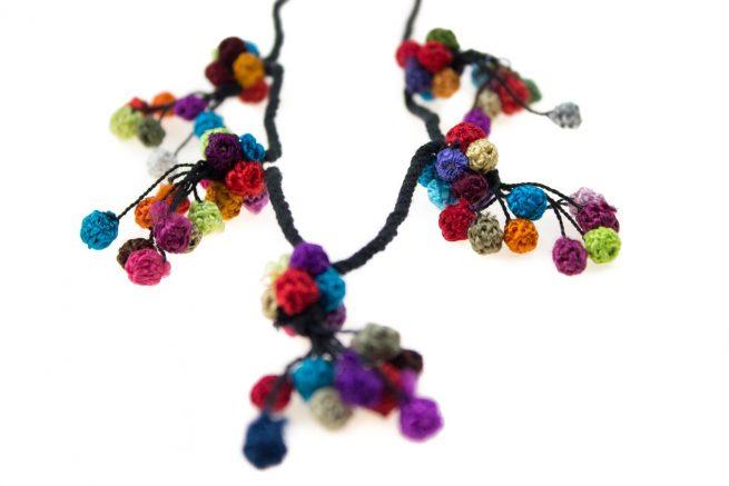 Collar de pasamanería de borlas de colores
