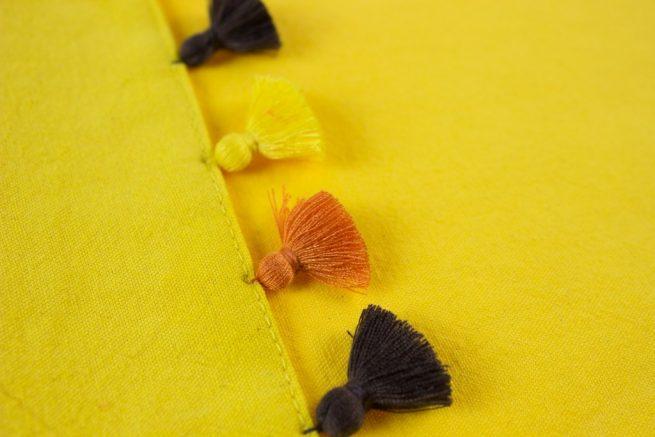 Mantel individual con pompones